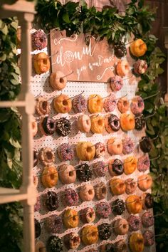 rustic wedding decoration ideas with donut wall