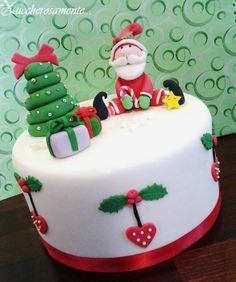 Developing a lovely Christmas cake is simpler than ever with our Christmas cake decorating thoughts and smart Christmas Cake Designs, Christmas Tree Cake, Christmas Cake Decorations, Fondant Decorations, Christmas Cupcakes, Christmas Sweets, Holiday Cakes, Christmas Cooking, Noel Christmas