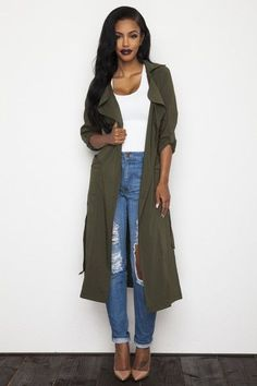 If you're looking for a casual but also absolutely stylish outfit, go for an olive lightweight trenchcoat and blue ripped boyfriend jeans. Tan leather pumps are a surefire way to bring a hint of polish to this ensemble. Outfit Jeans, Boyfriend Jeans Outfit, Women's Jeans, Jean Outfits, Fall Outfits, Casual Outfits, Cute Outfits, Party Outfits, Look Fashion