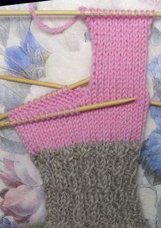 Sukat, helppo nauhakavennuskantapää | Punomo Knitting Socks, Cross Stitch, Slippers, Tricot, Tights, Knit Socks, Punto De Cruz, Sock Knitting, Crossstitch