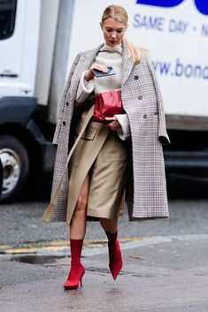 the best street style looks from London Fashion week 2018 Autumn Street Style, Street Style Looks, Street Style Women, Fashion Week, Work Fashion, Winter Fashion, Fashion Mode, Office Fashion, Cheap Fashion