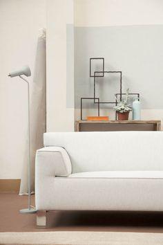 In een sobere ruimte kun je een puntje kleur aanbrengen (zoals b.v. Pale Sea). Niet de hele muur maar een rechthoekig vlak dat gerelateerd is aan een meubel in je interieur, in dit geval de bank.  http://www.annedokter.com/files/gimgs/4_mg7640corrf1.jpg