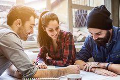 Um geeignete Arbeitnehmer zu finden, greifen einige Unternehmen zu ungewöhnlichen Mitteln: Sie werben Freunde von Mitarbeitern an. Aber kann das funktionieren?