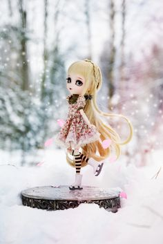 Lili loves skating ♥ Since she told me it is one of her favourite hobbies, I wanted to make her little skates and an ice rink which she can use for practicing ^__^ Now she's like a little snow princess! ♥  Happy Sunday all! ^-^