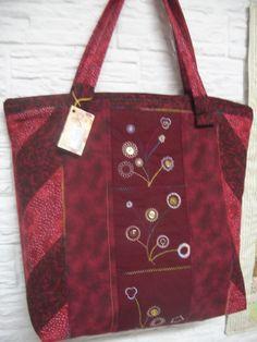 Bag com zíper e blocos bordados com o calcador circular