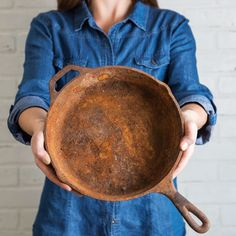 Excellent Cleaning hacks are offered on our site. look at this and you wont be sorry you did. Rusty Cast Iron Skillet, Cast Iron Skillet Cooking, Cast Iron Pot, Cast Iron Cookware, Season Cast Iron Skillet, Cast Iron Frying Pan, House Cleaning Tips, Cleaning Hacks, Cleaning Crew