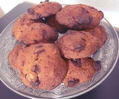 """Dessert light : cookies-------------------------- 4 compotes de pommes allégées 170g de farine 1 sachet de levure des pépites de chocolat ou de la compote aux fruits (ici des grosses pépites faites """"maison"""" avec du chocolat noir)"""
