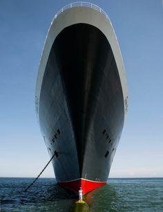 FIGURE DE PROUE. Non, il ne s'agit pas d'un dessin mais bien d'une photo, prise à l'occasion du 10e anniversaire du Queen Mary 2. Ce magnifi...