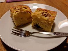 Diesmal wieder schön brav und gar nicht aufmüpfig. Ein simpler aber guter Apfelkuchen vom Blech mit ein paar Heidelbeeren. Joghurt-Apfelkuchen mit Heidelbeeren Schön ist er worden... und schmeckt! Jofhurt-Apfelkuchen mit Heidelbeeren - 750 g Äpfel - 2 EL Zitronensaft - 6 Stk Eier (zimmerwarm) - 1 Prise Salz - 350 g Butter (zimmerwarm) - 500 g Weizenmehl - 375 g Staubzucker - 2 EL Vanillezucker - 1 EL #Apfel #Kuchen French Toast, Butter, Breakfast, Food, Best Apple Pie, Yogurt, Salt, Morning Coffee, Essen