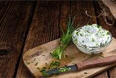 Low-calorie spreads - 9 delicious spreads for losing weight - This low-fat herb curd is a healthy spread for losing weight. Here you will find the vegetarian rec - How To Make Eggs, Avocado Dressing, Vegan Cream Cheese, Vegetarian Recipes, Low Carb, Brunch, Lose Weight, Food And Drink, Herbs