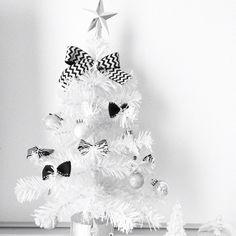 Camiuさんの、Black&White,IG→Camiyun111,モノトーンインテリア,モノトーン,白大好き♡,シンプル,ホワイト大好き,ホワイトインテリア,100均,白黒,ハンドメイドリボン,LEDミニライトスタンド,白,Xmasツリー,ホワイト,black and white,クリスマス,机,のお部屋写真