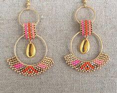 Orange and fuchsia Creole earrings with a golden cauri shell – Art Center Seed Bead Earrings, Beaded Earrings, Crochet Earrings, Hoop Earrings, Bead Jewellery, Beaded Jewelry, Bead Crafts, Jewelry Crafts, Miyuki Beads