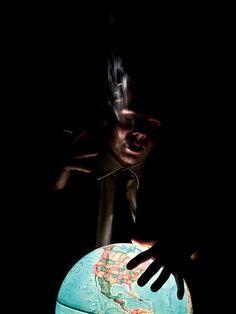 """""""Quando eu digo que este mundo é muito belo, mas ele está em mãos erradas, eu não quero dizer para você começar a lutar contra aquelas mãos erradas. O que eu quero dizer é: por favor, não seja aquelas mãos erradas, e isso é tudo.""""  Osho, em """"The Guest"""".  Texto na íntegra em: http://www.palavrasdeosho.com/2013/05/um-mundo-maravilhoso-em-maos-erradas.html .  Imagem por duke.roul (CC BY-NC 2.0) via Flickr"""
