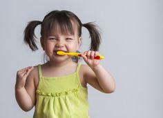 Odontopediatria brasileira e Associação Americana recomenda uso de pasta dental com flúor para bebês.