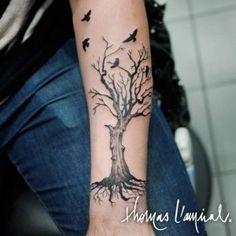 tatouage arbre avec oiseaux avant bras homme