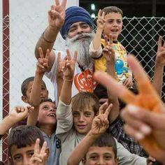 #PrayForSyria  सीरिया पहुँची वर्ल्ड Khalsa Aid की टीम,लंगर लगा कर सेवा कर रहे है, सीरिया की किसी ने मदद नहीं की मगर वहां हमारे सिख भाई पहुंच गए और भूखे लोगों के लिए रोटी और जो घायल हुए हैं उनके लिए दवाई   इसे कहते हैं सच्ची सेवा भावना बिना किसी जात-पात के हर एक को गले लगा लेते हैं..  Everytime the Humanity needed in this WORLD, Sikhs have STOOD up..