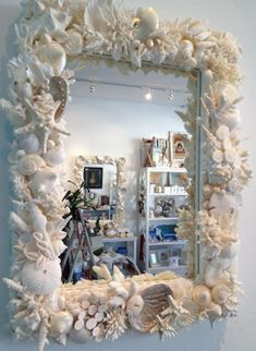 Seashell Mirror Frame me recuerda a titi Skip Seashell Art, Seashell Crafts, Beach Crafts, Crafts With Seashells, Seashell Frame, Beach House Decor, Diy Home Decor, Seashell Projects, Driftwood Projects