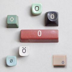 objets : touches de clavier, lettre O, collection, couleurs pâles
