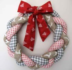 Fabric Wreath Craft – A Simple Spring Project Using Fabric Scraps Christmas Decorations Sewing, Fabric Christmas Ornaments, Christmas Craft Fair, Christmas Ornaments To Make, Christmas Sewing, Christmas Ideas, Handcrafted Christmas Ornaments, Christmas Patchwork, Christmas Décor