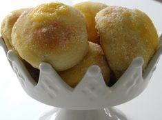 Solskensbullar, vaniljbullar eller sockerbullar. Kärt bakverk har många namn – goda som tusan är de också.  Det här behöver du till 25-30 vaniljbullar : 50 gram jäst ( för söta degar ) 150 gram smör 1/2 msk malen kardemumma 5 dl standardmjölk 1 kryddmått salt 1 dl strösocker 1 … Läs mer