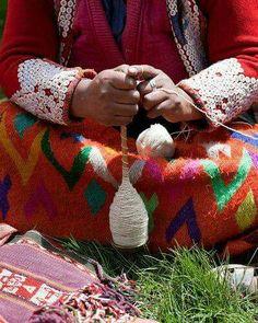 spinning yarn in peru Spinning Yarn, Hand Spinning, Art Tribal, Drop Spindle, Textiles, Types Of Yarn, Fiber Art, Just In Case, Lana