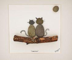 Cette photo dart de galets « Love Cats » est un morceau de belle pebbleart artisanal personnalisé - il fait un beau cadeau (surtout les puurrrfect comme un cadeau de pendaison de crémaillère pour un amoureux des chats ou un anniversaire de mariage/cadeau) et jai quitté la salle sous il personnaliser avec le texte ou le nom de celui qui vous voulez.  La main à Kilkenny, en Irlande de cailloux irlandais et main bois recueillis sur les côtes de lIrlande par moi-même ce morceau est aussi unique…