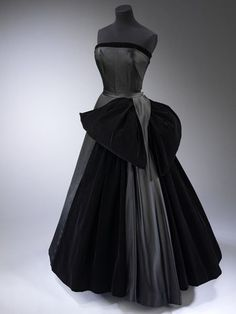 Gorgeous example of old couture. Named 'Cygne Noir' (Black Swan), this 1949 Dior (naturally) is a silk satin and velvet dream. Given by Baroness Antoinette de Ginsbourg to the Victoria & Albert Museum, London (naturally). Vintage Mode, Vintage Dior, Vintage Gowns, Vintage Couture, Christian Dior Vintage, Vintage Outfits, Vintage Clothing, Vintage Glamour, Beautiful Gowns