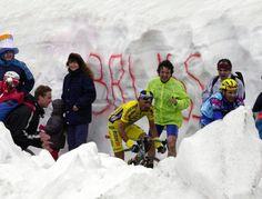 In salita tra la neve durante il Giro d'Italia del 2000