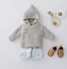 Gebreid babyvestje met capuchon. Crochet Baby Mittens, Baby Sweater Knitting Pattern, Baby Knitting Patterns, Baby Patterns, Cardigan Bebe, Baby Cardigan, Hooded Sweater, Baby Kimono, Pull Bebe