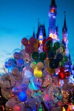 Noite chegando no Magic Kingdom...