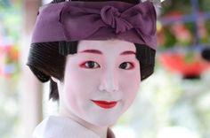 cuteness overload❤ Gion Matsuri 2013 - Minarai Tomitsuyu, Gion Higashi (via 花傘巡行・祇園東の舞妓さん|ゆうちゃんの『きょう散歩』)