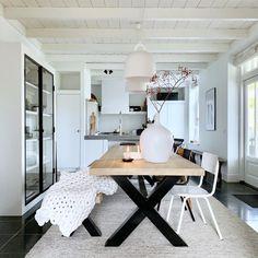 Deze prachtige leeftuin heeft een oppervlak van 3000 m2 - Eigen Huis en Tuin Kitchen Dining, Dining Room, Dining Table, Room Inspiration, Office Desk, Corner Desk, Sweet Home, House Design, Furniture