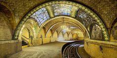 São lugares com um tanto de mistério e muito de belo e inusitado. Estão abandonados, mas de pé, guardando histórias de um passado glorioso.   Veja essa estação de metrô, antiga Court Street, ainda preservada.  Quer conhecer? Visite o Transit Museum de Nova York, um museu que documenta a história do transporte público em Nova York.   http://web.mta.info/mta/museum/