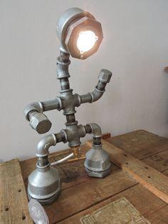 Lampe réalisée à partir de tuyaux de plomberie (galva). Equipée d'une ampoule led blanche, et de son interrupteur filaire.                                                                                                                                                                                 Plus