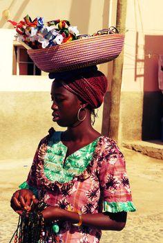 Sal Rei, Portugees voor Koning Zout, ontleent zijn naam aan de ooit leidende positie in de zoutproductie van het eiland Boa Vista, een van de eilanden van Kaapverdië. De ligging in een mooie baai maakt dat je vanuit diverse straatjes een mooi doorkijkje hebt op zee. Verder heeft het stadje kleurrijke koloniale huizen en hangt er een Caribisch sfeertje. Cape Verde, Guinea Bissau, Ivory Coast, Sierra Leone, Cabo, Ghana, Drawing Ideas, Captain Hat, Traveling