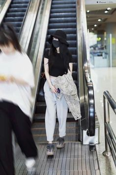 Aesthetic Photo, Aesthetic Girl, Airport Style, Airport Fashion, Korean Fashion Fall, Famous Girls, Minimalist Fashion, White Jeans, Girl Fashion