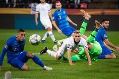 Suomen Jasse Tuominen kamppailee pallosta Kreikan pelaajia vastaan. Sports, Hs Sports, Sport