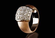 Die reine, natürlich fliessende und von Hand gemachte Form dieses rosagoldenen Rings ist einfach bezaubernd. Seine schlichte Eleganz reflektiert sich in einem exklusiven weissen Kristallplätchen. Vor allem kombiniert mit dem dazu passenden Armband wertet er den lässigen Alltagslook deutlich auf.  925er Sterling Silber 750er Roségold (18K) Vergoldung Rhodium überzogen Zirkonia weiss