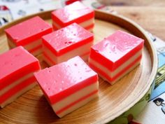 This is a popular dessert among Chinese cuisine. Our version of coconut pudding is more colorful. They are both delicious to eat and beautiful to look at. Coconut Jelly, Coconut Pudding, Asian Desserts, Easy Desserts, Chinese Desserts, Wrap Recipes, Asian Recipes, Chinese Recipes, Asian Foods