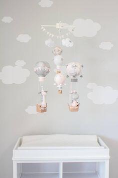 Heissluft Ballon Baby Mobile, Baby Mädchen Dekor, Kinderzimmer, rosa, weiß und grau mobile, i261 Ein entzückendes Giraffe und Nilpferd Heißluftballon Baby Mädchen mobile. Dieses Handy hat fünf hängenden Ballons, die unter zwei geschwollene Wolken und eine nette Banner Wimpelkette