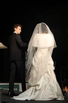 abito Lilly collezione 2015 La sposa vanitosa abito in raso avorio drappeggiato scollo a cuore con mantellina in pelliccia ecologica panna