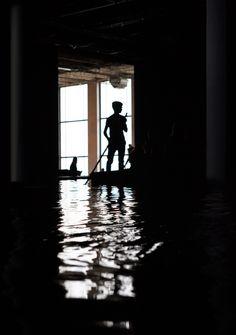 """Expo au Palais de Tokyo: """"Acquaalta"""", des barques et un lac sombre au cœur du musée  jusqu'au 13 septembre."""