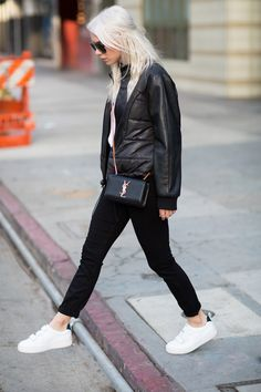 Always Judging // casual street style Fashion Now, Fashion 2017, Fashion Outfits, Sneakers Fashion, Always Judging, New Ray Ban Sunglasses, Black And White City, Casual Street Style, Paige Denim