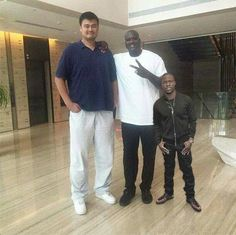 "Yao Ming, Shaquile O'Neal and Kevin Hart. It's real but omg, it looks photoshopped! Yao Ming : 7' 6"" Shaq: 7' 1"" Kevin Hart: 5' 4"""