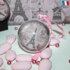 Une boule à dragées en pléxi transparent avec une étiquette sur le thème de paris qui se place entre les deux cotés de la boule.