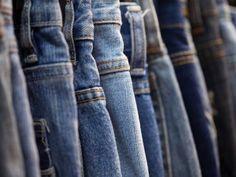Los jeans siempre son de nuestras prendas favoritas; pero a pesar de que la mezclilla es una tela muy resistente, el uso y sobre todo la forma de lavarlos, puede afectar mucho su apariencia. Sigue este sencillo paso a paso para saber <strong>cómo alargar la vida de tus jeans</strong> y así disfrutar más tiempo de unos jeans en perfecto estado.