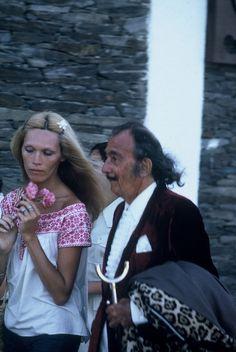 SALVADOR DALI.....1972.....WITH AMANDA LEAR ....BING IMAGES....