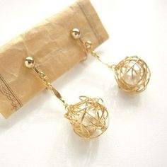 ワイヤーボール(ワイヤー玉)の作り方を考えてみました!中にパールやビーズも入れることが出来ます。... Diy Jewelry Rings, Handmade Wire Jewelry, Recycled Jewelry, Handmade Accessories, Handmade Bracelets, Metal Jewelry, Custom Jewelry, Earrings Handmade, Jewelry Crafts