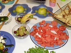 Vesimelonista tehty erilaisia kuvioita ja delfiinibanaani ja turtles omenat. Oikealla näkyy suolatikku + juusto luudat eli pientä kivaa syötävää. vink vink ota juusto lämpenemään hetkeksi ennen kuin alat rullata luutia eli on helpompi työstää.