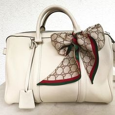 When Louis Vuitton, Sofia Coppola, and Gucci start a beautiful relationship. Handbag beige by Louis Vuitton and Twilly in GG Style by Gucci.
